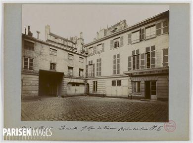 Immeuble avec façade sur cour au Sud-est, 7 rue de Varenne, Paris (XIVème arr.). 1898. Union Photographique Française. Paris, musée Carnavalet.