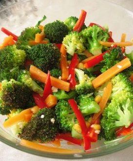 Brokoli salatası tarifi detoks özelliği olduğu için diyet yapanların en büyük yardımcılarından bir tanesidir. Brokoli salatası için ilk olarak brokolileri yık..