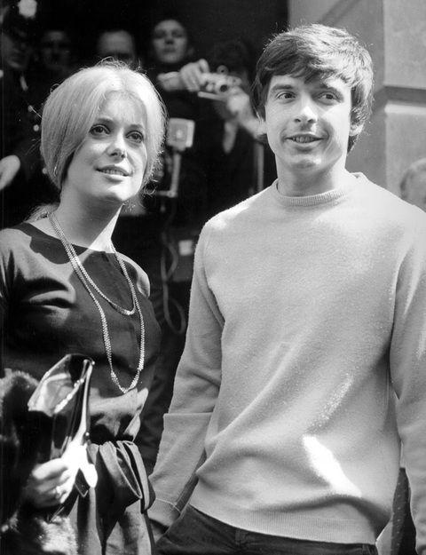La actriz francesa solo tenía 21 años cuando se casó por lo civil con el fotógrafo David Bailey. Allí acudió con un sencillo vestido negro con lazada a la cintura. Nunca más se ha vuelto a casar.