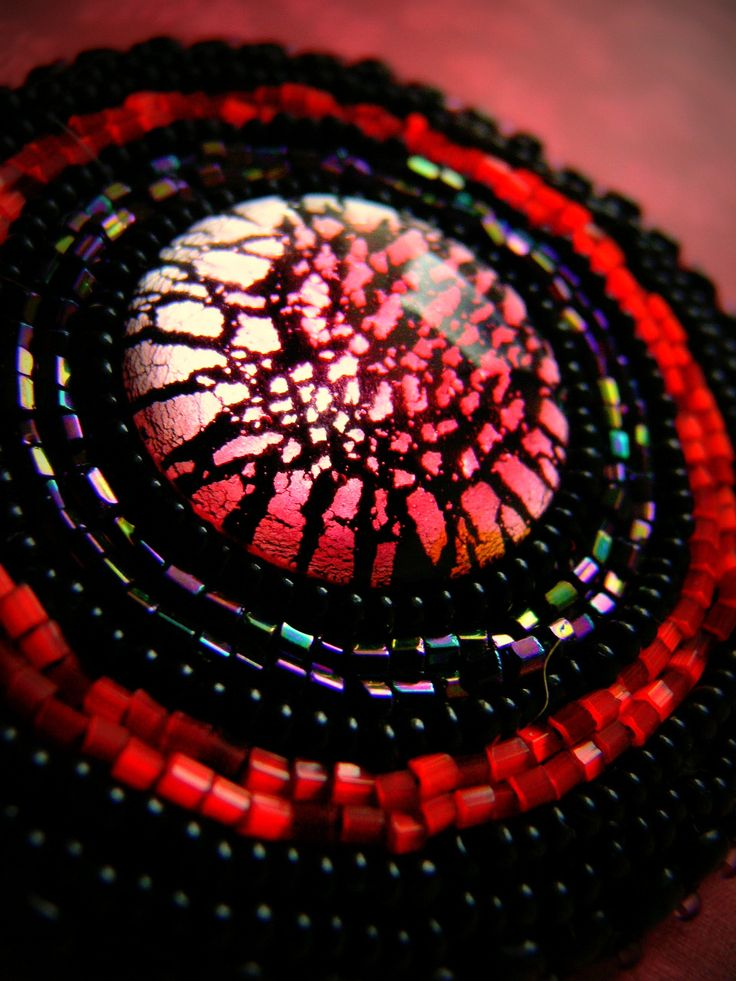 rougeâtre n.2 bohatě vyšívaná brož v červených a fialových ostínech má ve středu velký luxusní skleněný kabošon, pevně přilepený a zajištěný, ten je obšit českými mačkanými korálky a rokajlem... podlepeno brokátem s filcem a obšito... zapínání v galvě starobronz tvoří brožový můstek... Rozměry: průměr je 8 cm