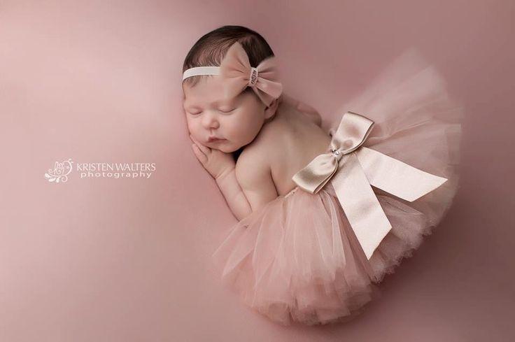 Bienvenue à votre petite princesse dans le monde dans le style avec ce bandeau nouveau-né de tutu et noeud serti de ChicCrystalsBoutique de couleur nude. Sur mesure fabriqués à la main à la perfection, il dispose d'un tutu en tulle orné d'accents de dentelle et satin fleur vintage. Un bandeau noeud assorti avec un embellissement strass complète le look. Il n'y a tout simplement aucun meilleure façon de saisir la nature précieuse de votre bébé qu'au habiller comme une princesse fée pour sa…