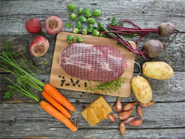 Elgstek med røstipoteter, glaserte beter og grønnsaker