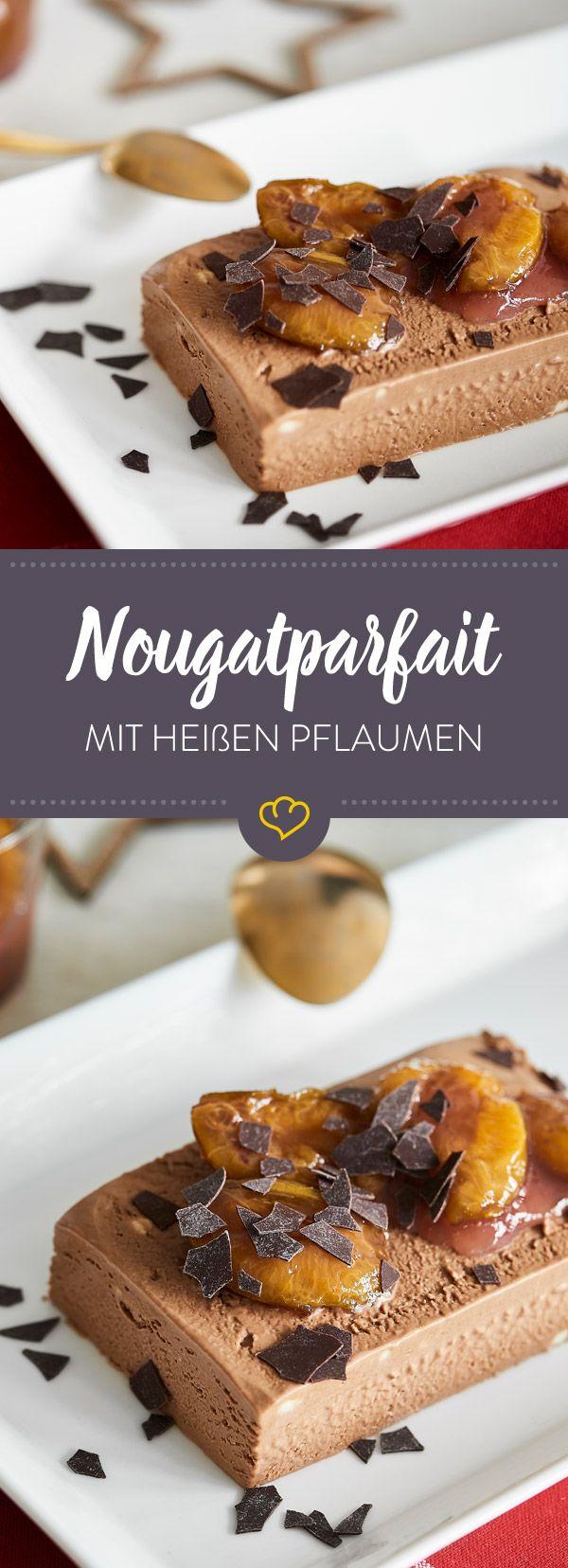 Einfach zubereitet, auch ohne Eismaschine cremig, und unendlich lecker: Eiskaltes Nougatparfait trifft auf heiße Pflaumen, das perfekt Dessert ist geboren!