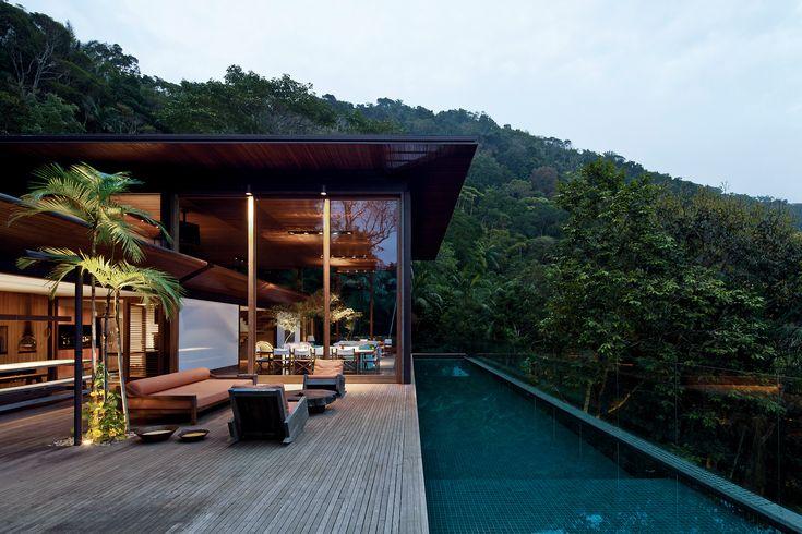 """A Residência AMB, localizada no Guarujá é uma elegante casa em meio à natureza. O projeto é chamado """"casa varanda"""", onde é possível contemplar a vista incrível do lugar.  Projeto de Jacobsen Arquitetura."""