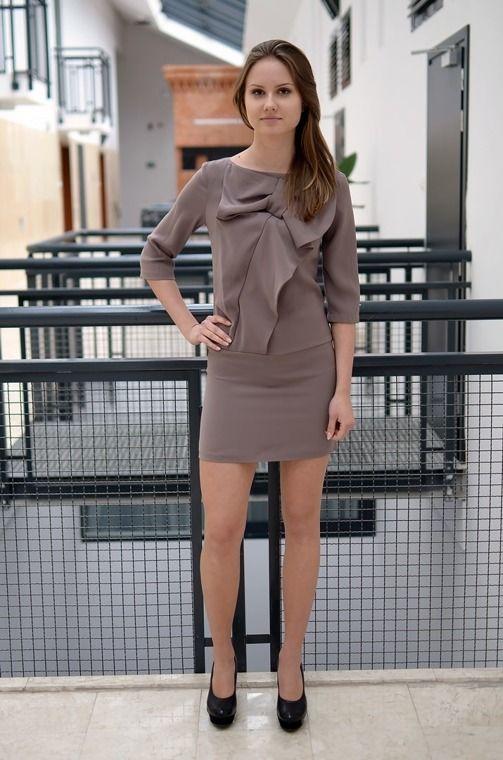 Elegancka sukienka z udekorowanym kokardką z tyłu zapinana na ekspres.  Wykonana z najlepszych materiałów, doskonałe do licznych stylizacji na każdą okazję. Modny design i niepowtarzalny wygląd.