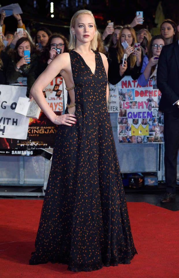 A Londres, Jennifer Lawrence est sculpturale dans sa robe Dior ajourée sur les côtés