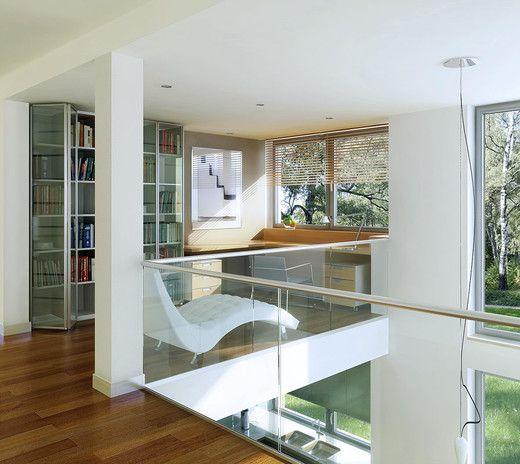 Na wizualizacji antresola - część na poddaszu  wykorzystano na gabinet / biuro do pracy. Pustka nad jadalnią doskonale doświetla resztę domu. Sprawdź rzuty projektu.