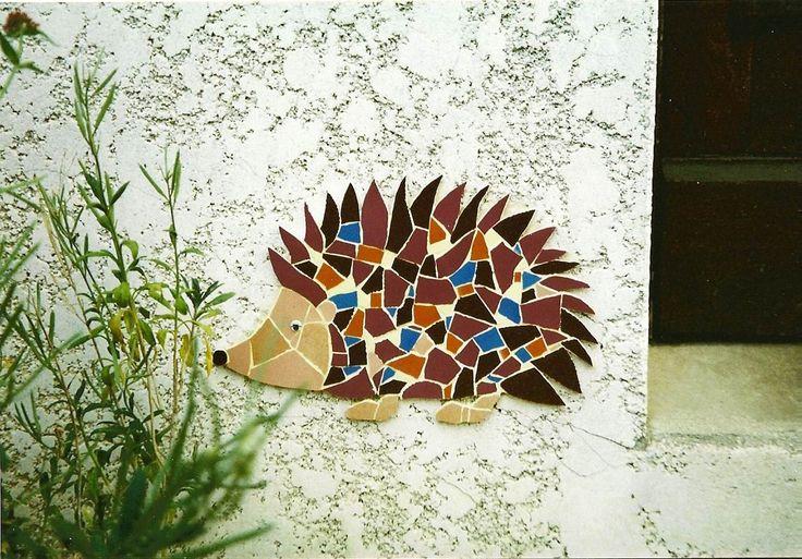 création sur commande pour terrase ou jardin paysagiste d'une mosaïque murale en extérieur représentant un hérisson par mimi vermicelle
