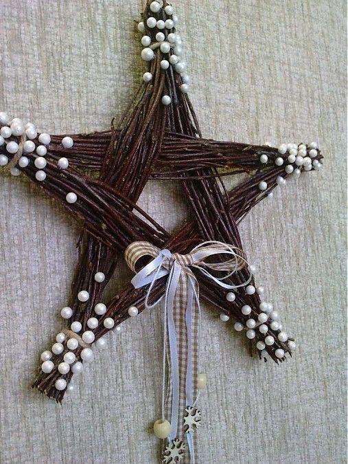 Brezové prútie pospájané do tvaru hviezdy, je ozdobená polystyrénovými guličkami(perleťové) a stužkami. Má uško na zavesenie. Veľkosť: šírka 23,5cm dĺžka so stužkami 43cm 7e