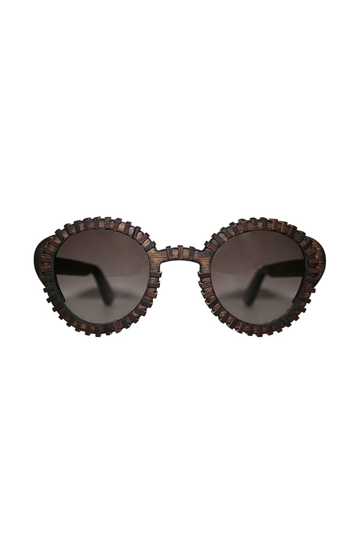 ATRUM SUNGLASSES Made from birch plywood. Soft and flexible wood. The first variation of color and texture. Painted dark and burnt at its edges, for its elements to be consolidated.