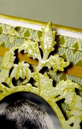 ramka pomalowana tuszem białym z odbitym wzorem odbitym tuszem w kolorze siena, całość pokryta preparatem Crackle Accents