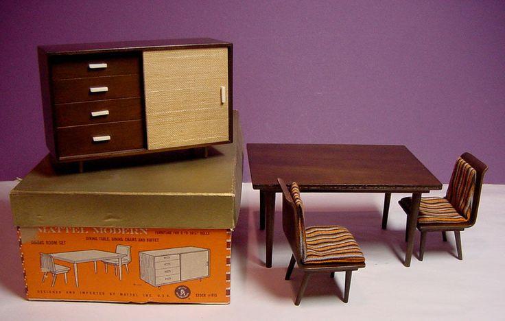 """1958 MATTEL винтажный современной мебелью столовая #815 датский стиль  Очень чистый столовая комплект от линии Mattel Modern изготовлен в 1958. Сделано из натурального дерева.  Включает обеденный стол, буфет и 2 обеденные стулья с подушками. Также включена Mattel буклет, который показывает все изделия которые были доступны с этим комплектом.  Линии был создан для 8"""" до 10,5"""" кукол."""