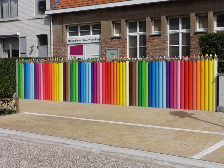 Supertof idee van een directrice van een kleuterschool - houten palen omvormen tot gigantische kleurpotloden als hekken! Geverfd door mijn talentvolle meter :D