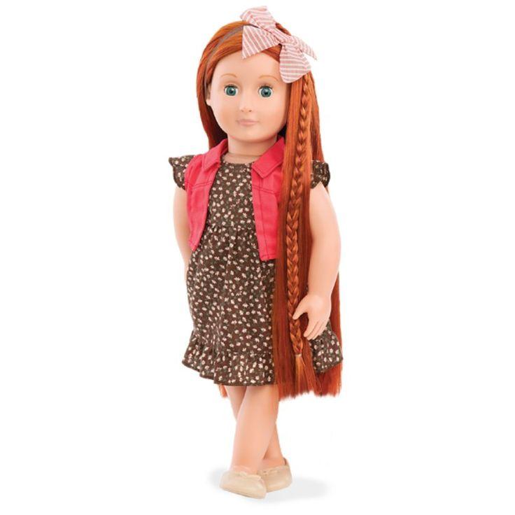Mød dukke Peyton.    Hun har langt smuktrødt hår, som nemt kan sættes, måske hestehale den ene dag, og fletninger den anden. Sammen med Peyton får du 2 hår ekstensions, en kam, en bog med frisurer og hårbånd med en skøn sløjfe.  Med knap i ryggen kan hårets længde reguleres.