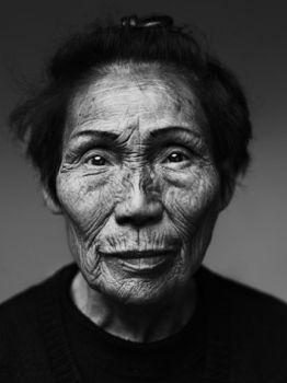 ( portret ) Fotograaf Stephan Vanfleteren 1931 // de glinsterende ogen van deze oudere mevrouw spreken //