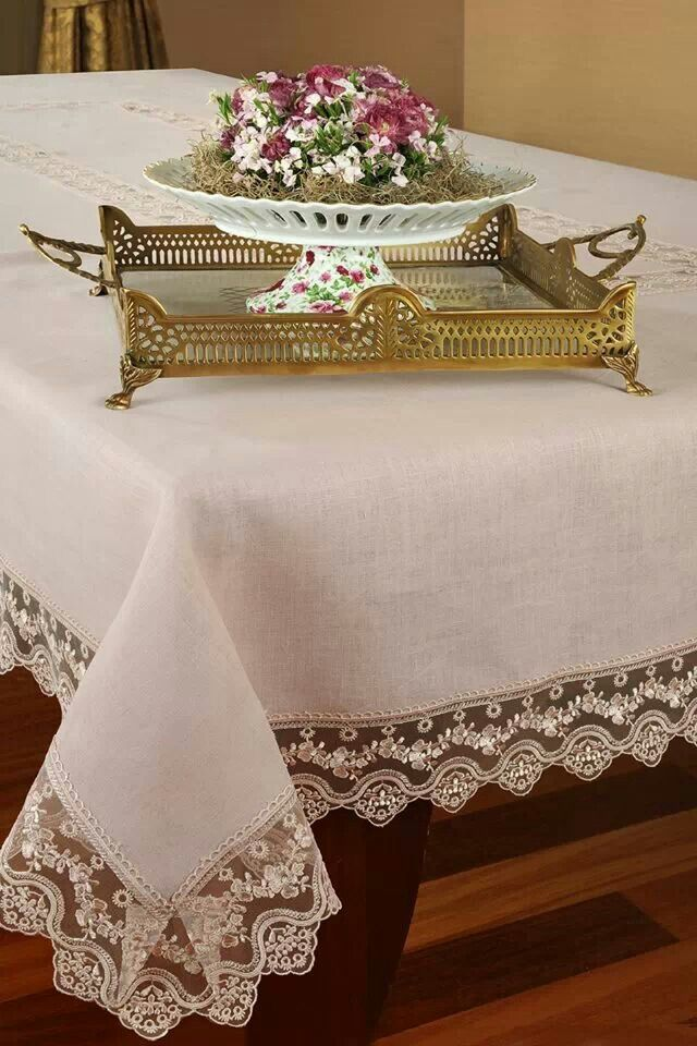 Dantelli masa örtüsü