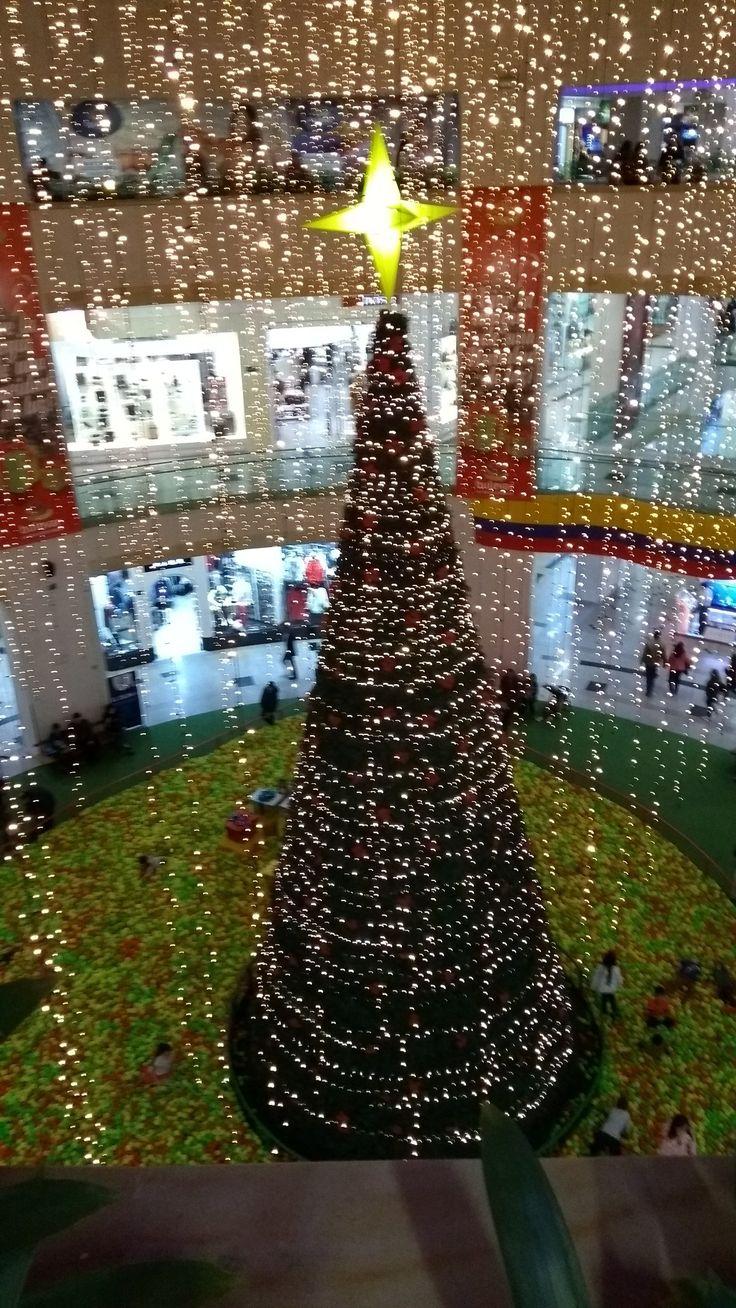 Iluminación del Árbol Navideño con piscina de pelotas del centro comercial Bulevar Niza en Bogotá.