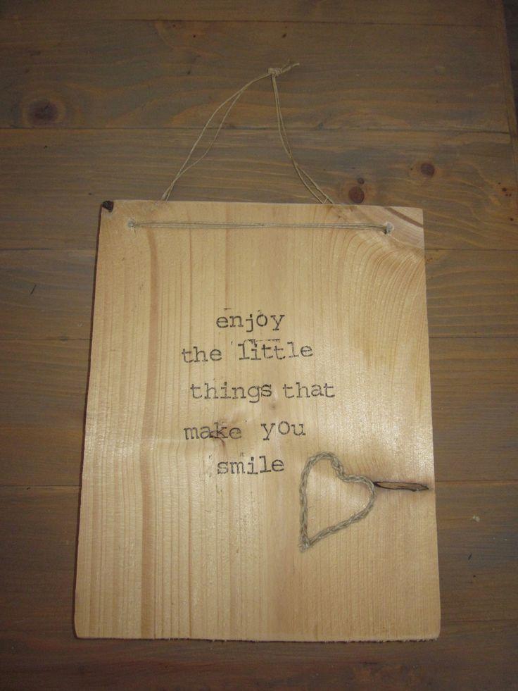 Steigerhout bordje met tekst Trendy woonaccessoires bij & Joy Love! Kijk op facebook bij N Joy-Love.