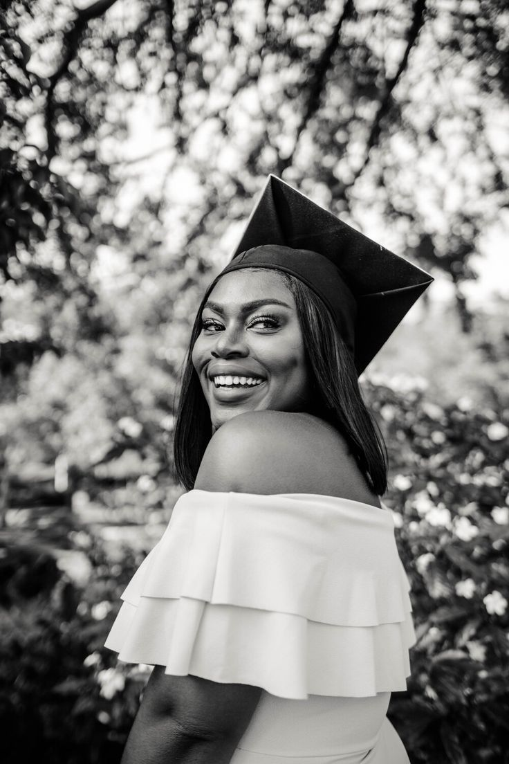 Graduation Picture Poses, College Graduation Pictures, Graduation Photoshoot, Grad Pics, Grad Pictures, Senior Pictures, Black Girl Magic, Black Girls, Standing Poses