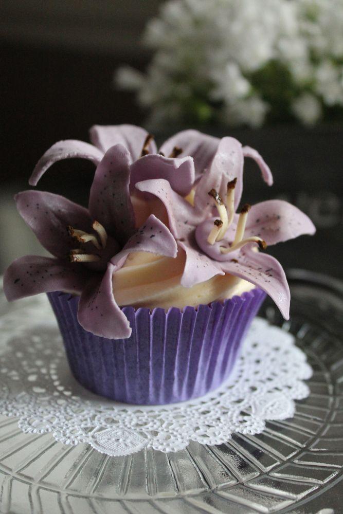 """""""Violetti ihanuus"""". Dr. Oetker Leivo ja koristele Facebook-sivulla järjestetyn Kaunein Cupcake 2014 -kilpailun parhaimmistoa."""
