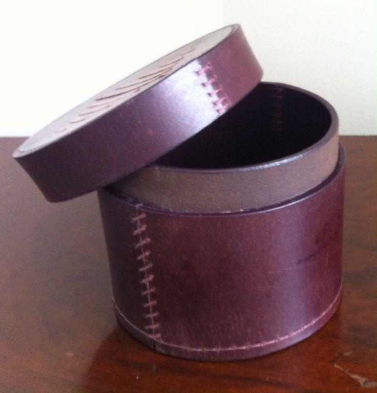 Caja elaborada en cuero y decorada en cobre