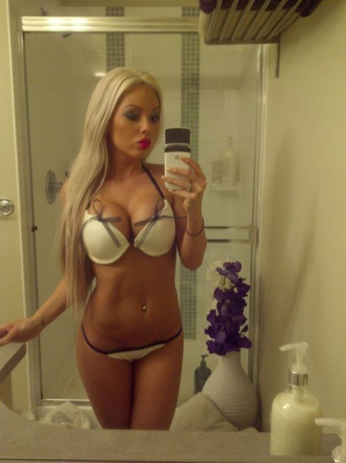 Beautiful Blonde With So Handsome Body Showing Her Natural