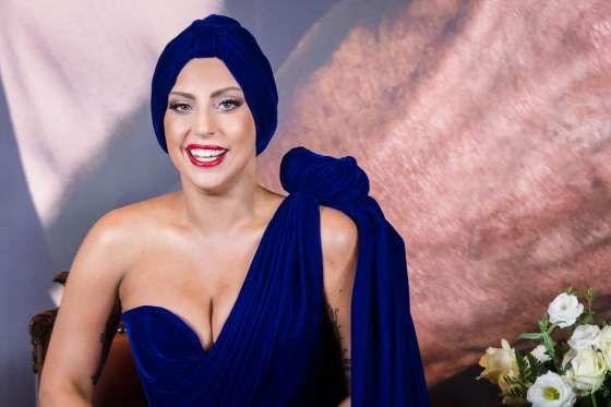 """◘◘ LADY GAGA ◘ [II] ◘ No resulta extraño que Lady Gaga amé los grandes sombreros de copa, si pensamos que éstos la hacen lucir más alta del metro y cincuenta cinco centímetros (5'1"""") que mide."""