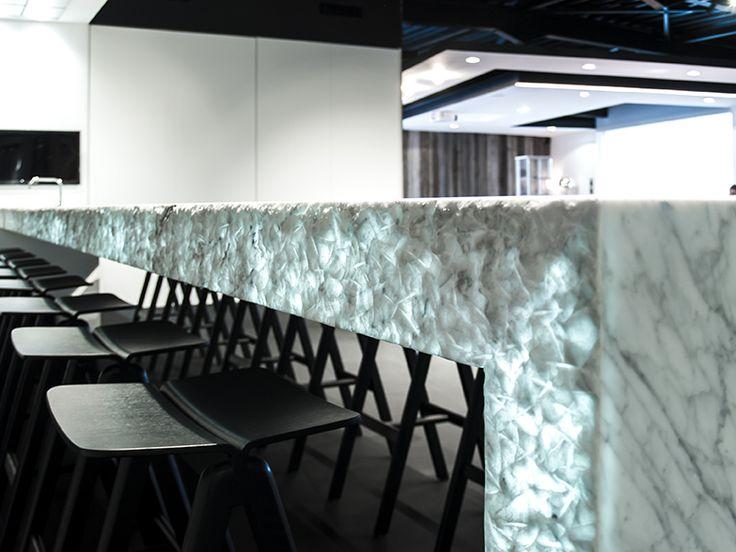 Potier Stone maakte deze indrukwekkende keuken met Carrara marmer uit haar CLASSIQ-collectie. Het keukenblad heeft een overspanning van maar liefst achter meter lang en één meter breed. Een uitdaging want enkel links en rechts is er een steun voorzien! #marmer #marble #Carrara #SheCi #InspireHome #PotierStone