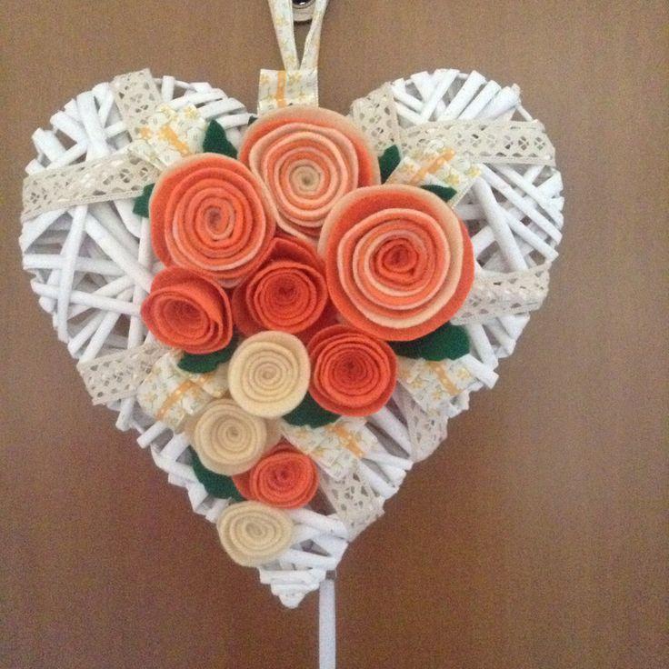 Cuore di legno con rose in  feltro realizzate a mano