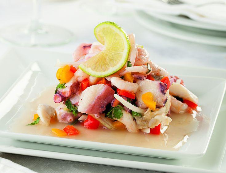 Si te gustan los ceviches éste definitivamente le gana a todos. Un ceviche peruano con pulpo, camarón y pescado cocidos con una rica marinada de limón y chile que lo hacen muy especial y colorido.