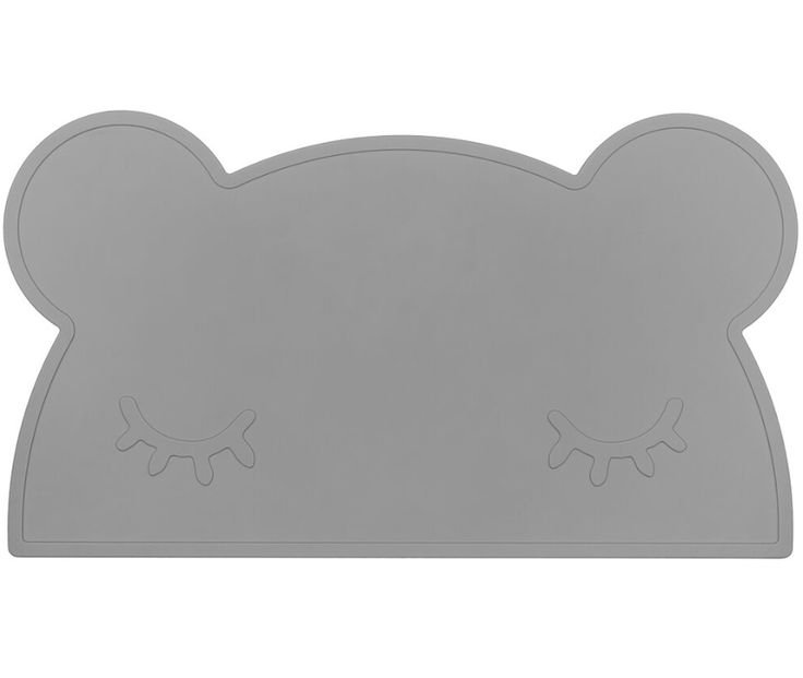 We Might Be Tiny Underlägg Björn Grå Snygga och praktiska tallriksunderlägg av silikon i form av en björn (med sömniga ögon). Perfekt för att skydda köksbordet vid måltid, som skrivbordsunderlägg eller för bakning/pyssel. Ger ett totalt halkfritt underlag och en roligare matplats! Lätta att skölja/torka av, tål även maskindisk (går att diska i topp-hyllan i …