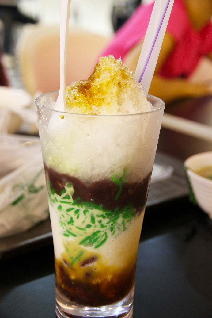 Es Cendol Tepung Beras – Ice Cendol is a popular traditional dessert made from rice flour and pandan leaves extract, served with palm sugar syrup and coconut milk.
