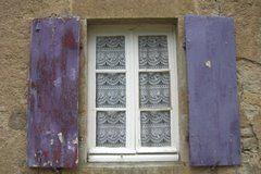 Blauwe luiken in Dirol, Bourgogne, Frankrijk  (Trudi)