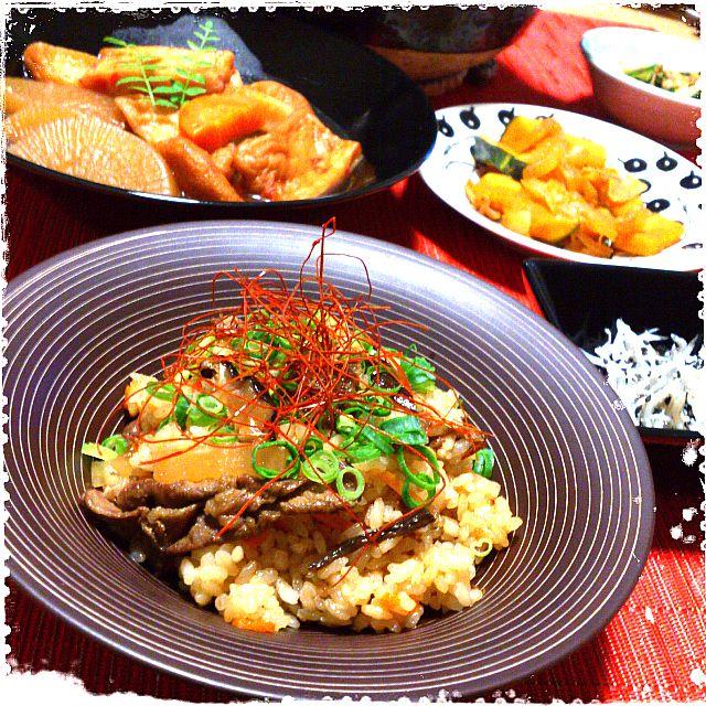 韓国料理に欠かせない万能調味料、ダシダは牛ダシダ・いりこダシダ・あさりダシダなど数種類あり、「ひとふりで韓国の味になる!」と話題です♪  その守備範囲は驚くほど広く、韓国料理の枠を軽々飛び越えどんな料理とも抜群の相性を見せてくれます! 下味に加えてコクを出したり、仕上げに振りかけたり・・・  ダシダを使った選りすぐりレシピをご紹介します☆