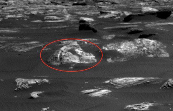 Уфологи нашли на Марсе двустворчатые двери http://actualnews.org/exclusive/162409-ufologi-nashli-na-marse-dvustvorchatye-dveri.html  Уфологи сообщили, что на Марсе обнаружили крошечные двойные двери на снимке, отправленном ровером Curiosity. Скотт Уоринг подчеркивает, что фото пришло сегодня 14 апреля.