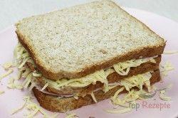 Zum Frühstück, Mittagessen oder Abendbrot. Ein einfaches Sandwich mit Schinken und Käse. Man muss genügend Käse dazugeben, sonst könnte das Sandwich zu trocken werden. Zum ersten Mal, als ich es gemacht habe, habe ich nur eine Scheibe Käse verwendet, aber beim zweiten Mal habe ich den Käse gerieben. So kann er besser schmelzen und alle Schichten werden sich verbinden, auch mit dem Schinken und Brot. Also lieber mehr Käse dazugeben, um sicher zu gehen. Dazu schmeckt leckeres frisches Gemüse…