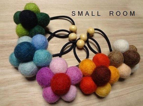 羊毛のフェルトボールで作ったヘアゴムです。全5色:グリーン・ブルー・ベージュ・オレンジ・ピンク。お好きな色をお選びください。価格は1個あたりのもので、全色1個...|ハンドメイド、手作り、手仕事品の通販・販売・購入ならCreema。