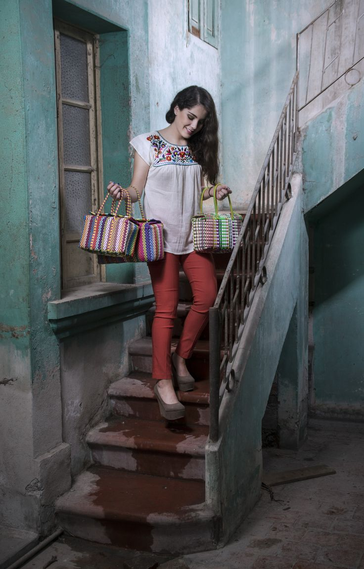 Bolsa de mano, arte indígena Huichol. Blusa de manta bordada a mano, arte indígena Tzotzil.  De venta aquí: www.kichink.com/stores/artemamex