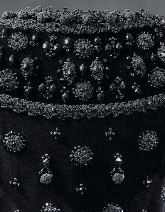COCKTAIL Vestido de cóctel en terciopelo liso de seda negra1962: Balenciaga Cocktail, Jet Black Beads, Cocktail Dresses, Beads Embellishments Buttons, Black Silk, Cristobal Balenciaga Couture, Balenciaga 1962