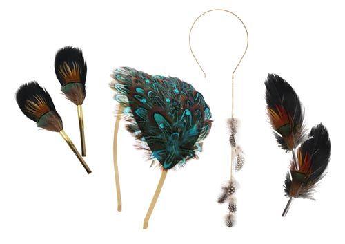 Accessories med fjer er stadig populært. Her er vist nogle eksempler hvor fjer er brugt som pynt på hårbøjler og brocher.  Smyks har et stort udvalg af smukke fjer. De nyeste fjer består af flere lag af forskellige fjer som allerede er samlet i smukke farvesammensætninger.  Til brocherne og hårspænderne er der brugt gåsefjer og påfuglefjer. Hårbøjlerne er dekoreret med henholdsvis blå fasanfjer og fjer fra guinea perlehøne.