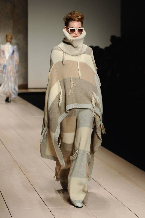 Sfilata Laura Biagiotti AI 2017-2018  | Maxi poncho su pantaloni | FOTO