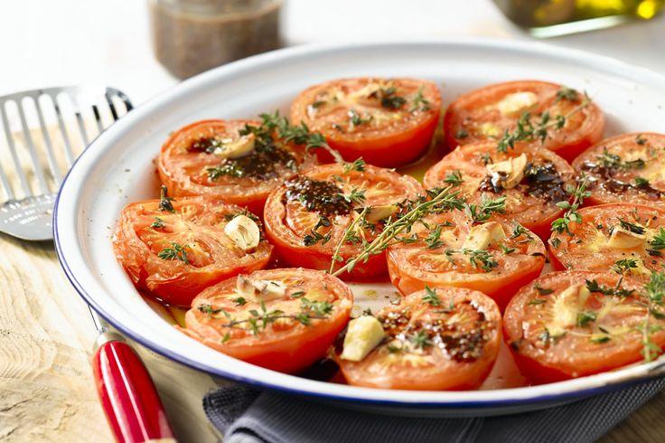 Deze heerlijke geroosterde tomaten met honing en tijm zijn een fantastisch bijgerecht bij een barbecue of een zomers tuinfeest.
