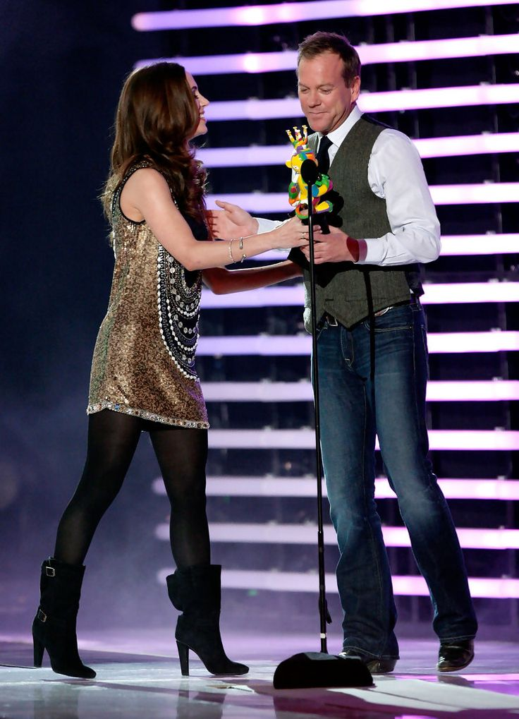 """Kiefer Sutherland Photos Photos - Actress Eliza Dushku (L) presents the Big Name In The Game award to actor Keifer Sutherland onstage at Spike TV's 2008 """"Video Game Awards"""" held at Sony Pictures' Studios on December 14, 2008 in Culver City, California. (Photo by Kevin Winter/Getty Images for Spike TV) * Local Caption * Eliza Dushku;Kiefer Sutherland - Spike TV's 2008 """"Video Game Awards"""" - Show"""