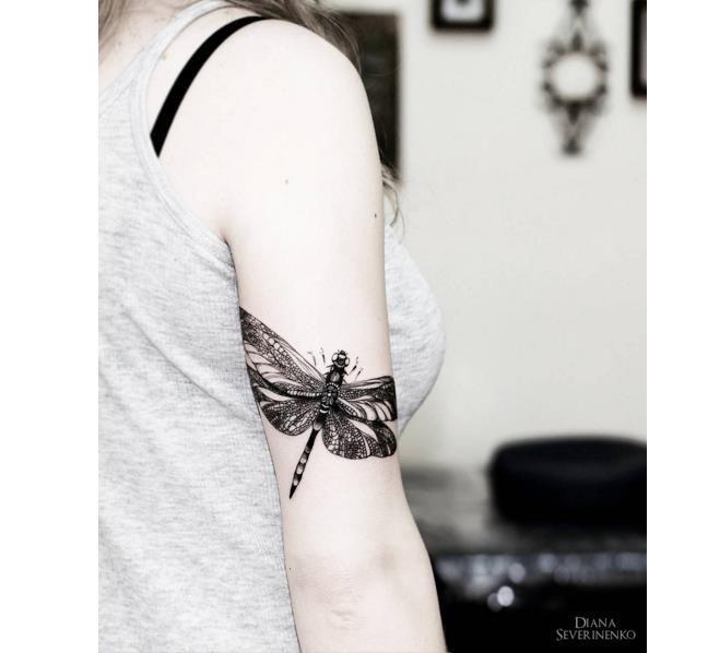 Czarno Biale Tatuaze Najpiekniejsze Wzory Dla Kobiet Duza Galeria Dragonfly Tattoo Design Insect Tattoo Small Dragonfly Tattoo