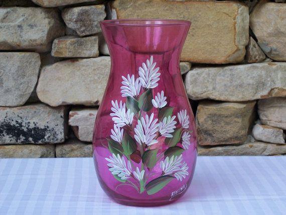 Se trata de un jarrón de vidrio pintado de color de rosa uno de tipo mano con flores blancas comunes y zonas verdes. He pintado dos aerosoles de flores a ambos lados del jarrón. El florero mide 9 de alto por 4 1/2 de ancho. La abertura del cuello es de 4 1/2 de ancho. Este vaso sería una adición hermosa a cualquier hogar. Este vaso está también firmado por mí, el artista. Este vaso está pintado con pintura de esmalte y es aire curado durante 24 horas y luego colocar en el horno para hornear…