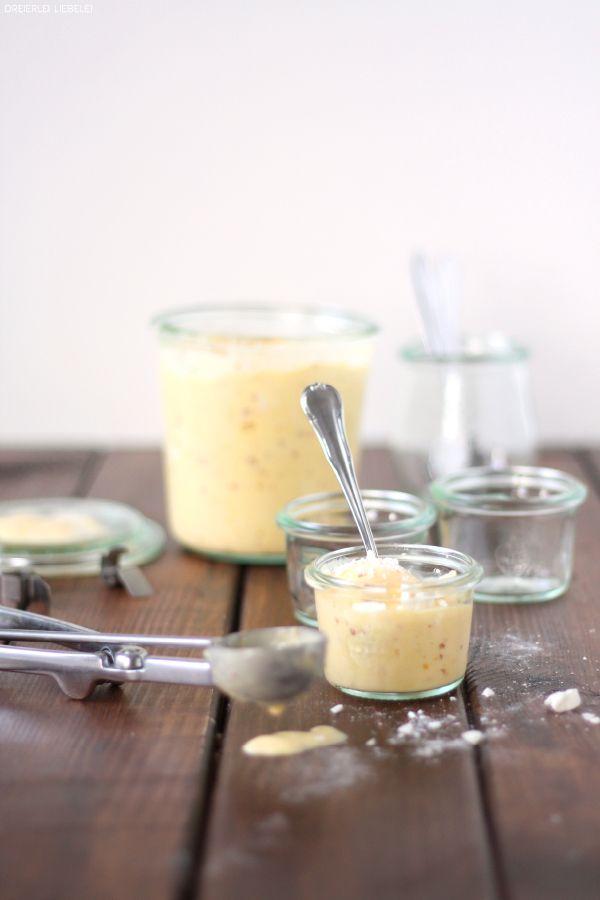 Joghurteis mit Mango, Pfirsichen und Baiserkrümelchen (mit Eismaschine oder ohne)
