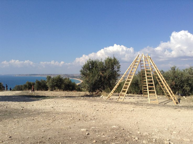 Axis Mundi di Gandolfo G. David. Opera realizzata nel novembre 2014 tra gli olivi dell'azienda Planeta, Contrada Capparrina/ Lido Fiori - Menfi -Sicilia.