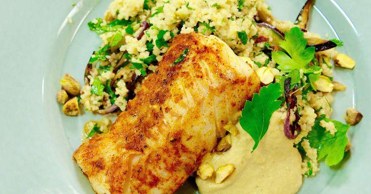 Kryddstekt torsk serveras med varm sallad med couscous och grillade grönsaker samt hemgjord kikärtsröra.