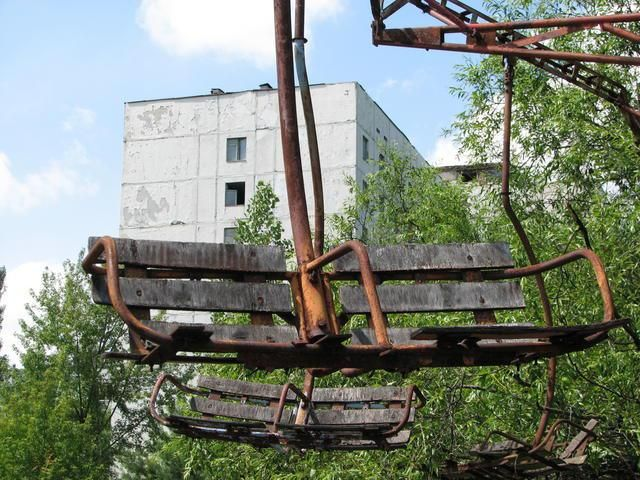 Parque de atracciones de Pripyat. Chernobyl.  El fatídico accidente nuclear de Chernobyl obligó a los habitantes de Pripyat a abandonar su ciudad a la carrera dejando tras de sí absolutamente todo. Las descoloridas atracciones de feria todavía destacan sobre el fondo gris de una ciudad muerta.