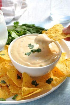 NachosQuem faz uma festa mexicana sem os famosos nachos? Ninguém! O prato é ótimo para ser servido como aperitivo por ser crocante e levinho. Confira a receita